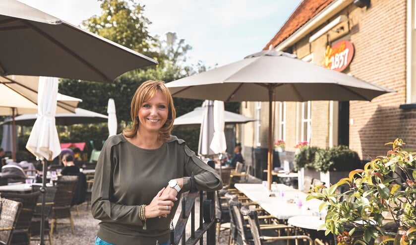 Kim Kleiweg op het zonnige terras. (foto Marieke Zelisse)