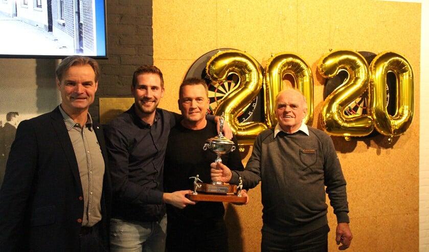 Als winnaar van vorig jaar reikte Aad Vollebregt de Kauffman Trofee uit aan Peter Klarenbeek en Hugo Mentink. Links voorzitter Ruud Schalkwijk.