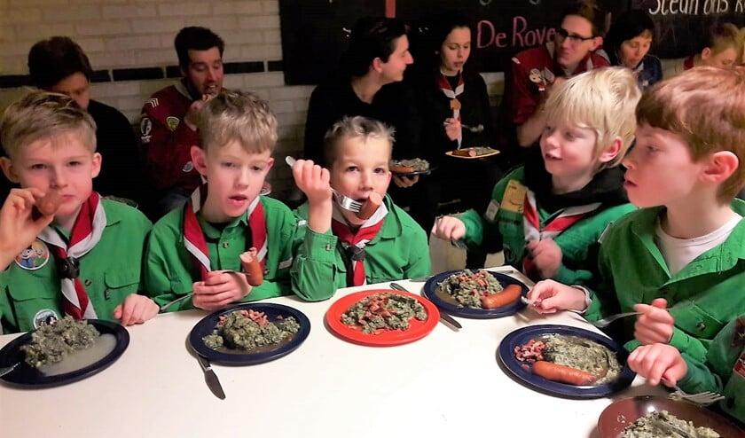 De scouts, van jong tot oud, en de leiding genoten van de boerenkool tijdens de nieuwjaarsopkomst (foto: Muriel de Vreede).