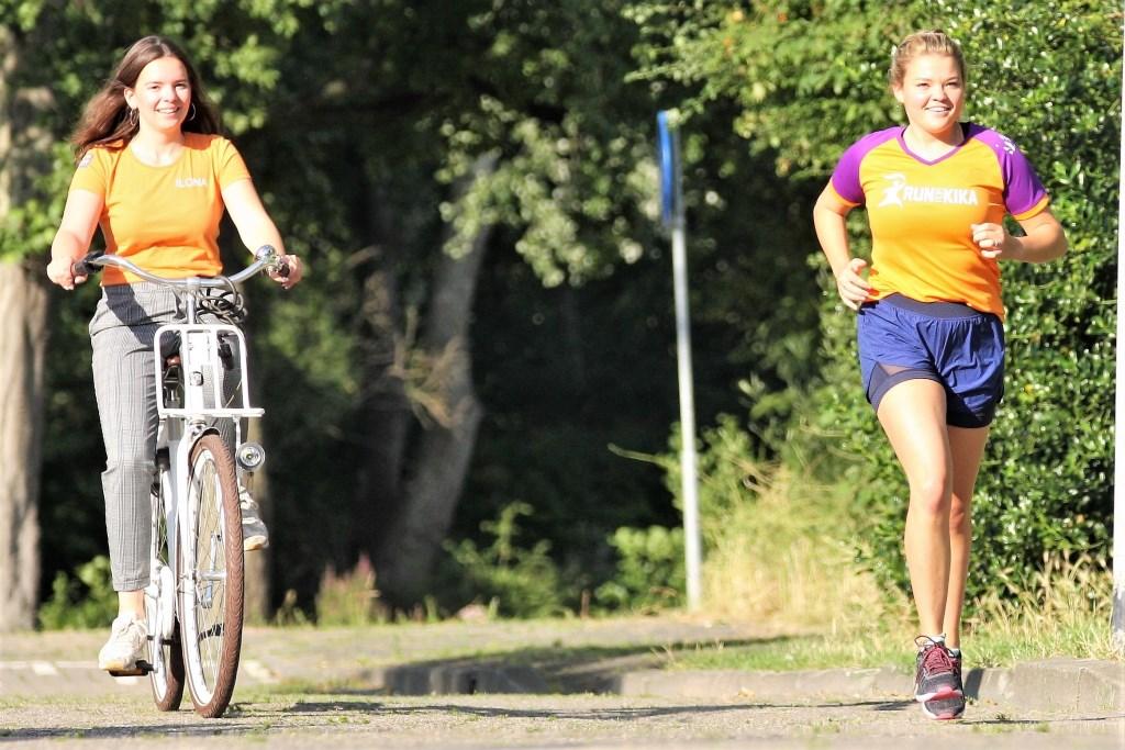 Wies Visser loopt haar trainingskilometers, daarbij begeleid door 'ambassadeur' Ilona Wagener.  © Het Krantje