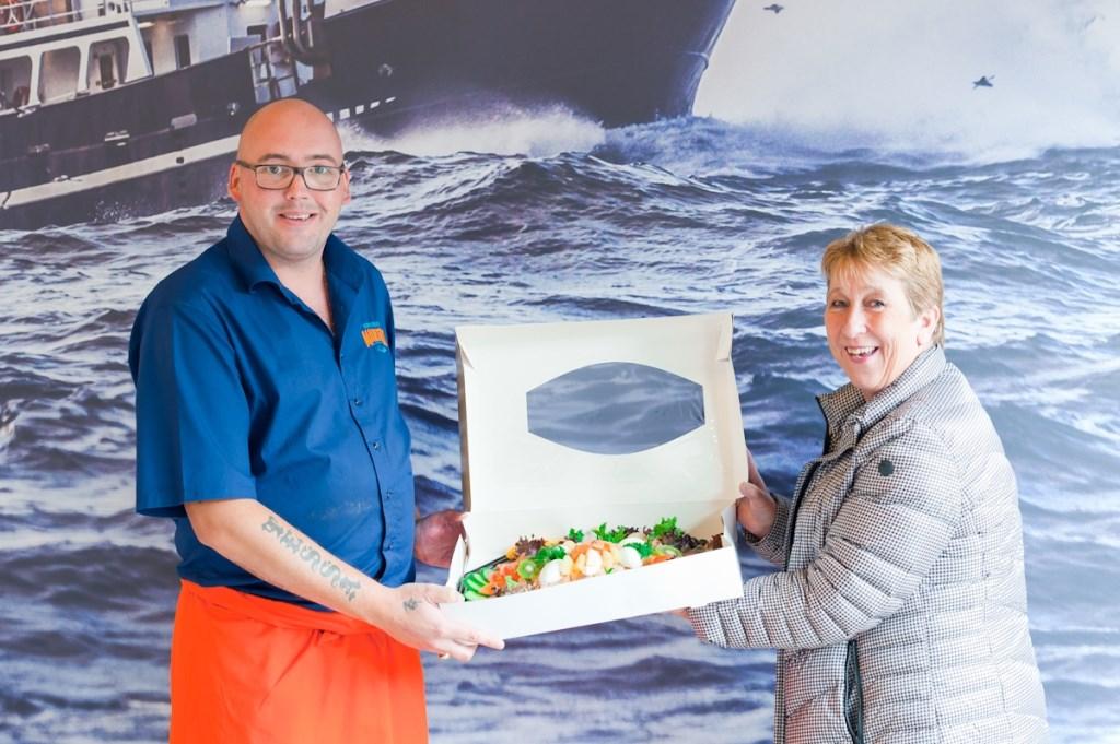 Tevens ontvingen enkele winnaars van de openingsactie een goedgevulde visschotel (foto: Nathalie van Heijningen).. Nathalie van Heijningen © Het Krantje