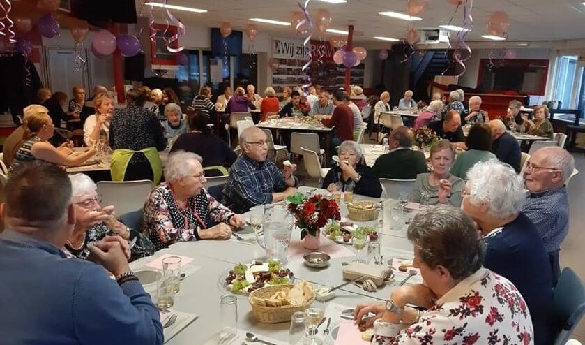 Iedere eerste dinsdag van de maand schuiven gemiddeld zo'n 50 mensen in de kantine van RKAVV aan voor een door vrijwilligers bereid 3-gangendiner (foto: pr/tekst: Alexander Wagener).