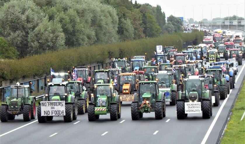 Honderden trekkers op weg naar Den Haag via de A4 in Leidschendam (foto: Agnes van Boheemen).