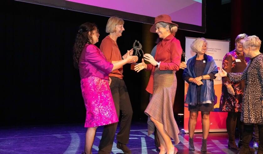 Bestuurslid Mia van Leeuwen en vrijwilliger Mila Kishoendajal ontvingen felicitaties van Koningin Máxima (foto: Harm Jan Bronsvoord).