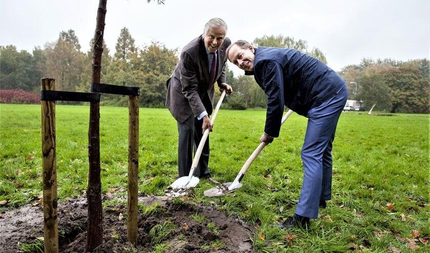 Wethouder Jan-Willem Rouwendal en Ton Meijer (mede-eigenaar Schakenbosch BV) planten een boom als eerste stap in de herontwikkeling van een groene en parkachtige woonomgeving op Landgoed Voorlei (foto: Hilbert Krane).