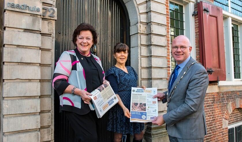 Marianne Knijnenburg en Gertrude Borsboom overhandigen de Goede Doelen Krant aan burgemeester Tigelaar (Foto: Michel Groen).