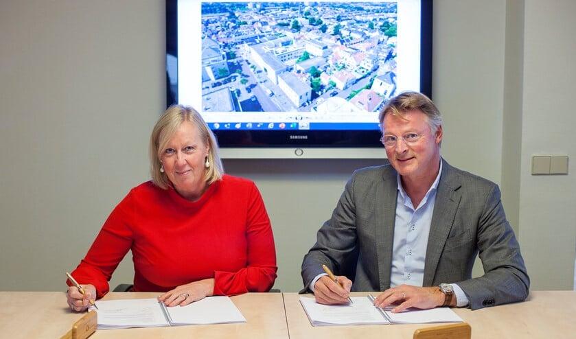 Wethouder Van Eekelen en Dhr. Waaijer ondertekenen herontwikkeling Herenstraat (Foto: Hilbert Krane)
