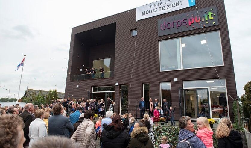 Onthulling van de nieuwe naam Dorpspunt op het Kulturhus (foto's: Michel Groen).