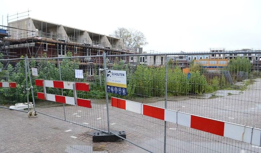 Het afgesloten bouwterrein van Voorburgs Kwartier ligt er troosteloos bij. (Foto: Inge Koot)