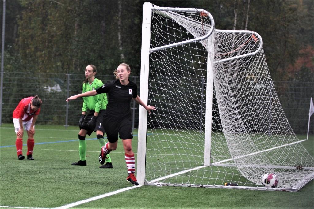 Romy v.d. Helm (RKAVV Vrouwen) 'liep' de 2-1 binnen (foto: AW).  © Het Krantje