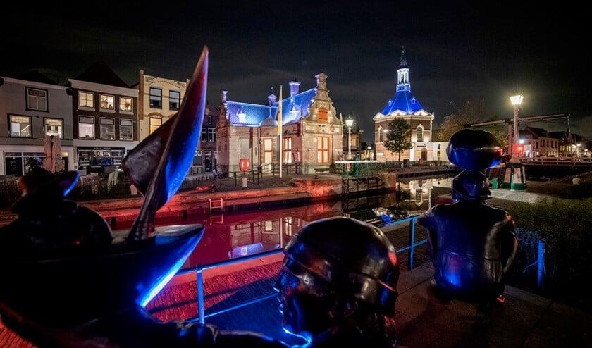 De sfeerverlichting van gebouwen en objecten aan de Sluis en langs de Vliet is officieel aangestoken (foto's Michel Groen).