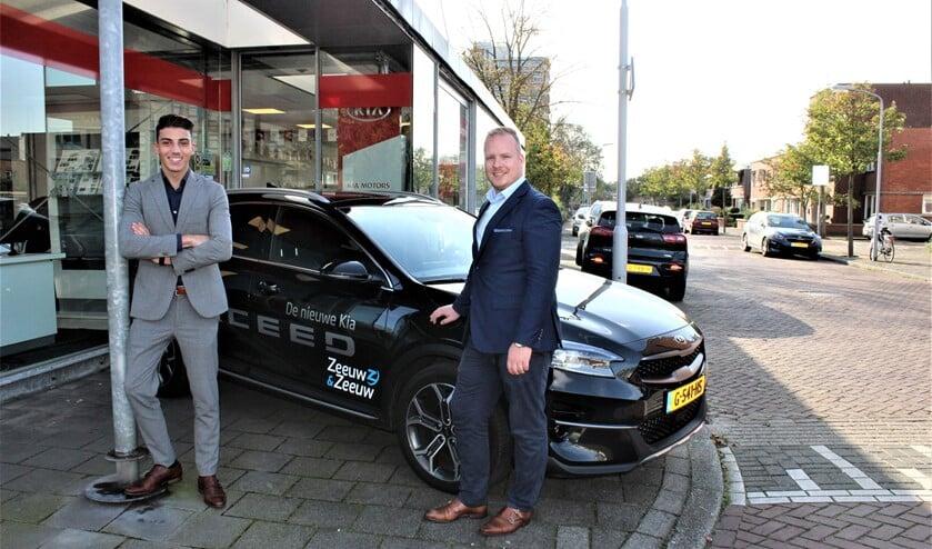 Junior-verkoper Gabri Fois met vestigingsmanager Mike Ulrich (r.) voor de vestiging van Kia Zeeuw&Zeeuw aan de Reuvenslaan 1a in Voorburg (foto/tekst: DJ).