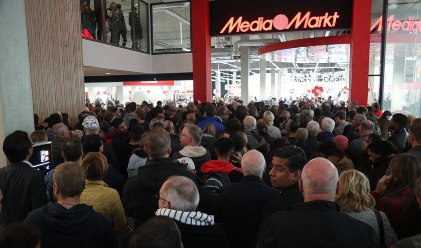 Chaos tijdens de opening van Media Markt (Foto: Regio15)
