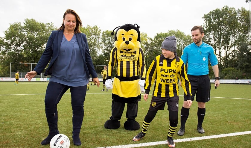 Sportwethouder Nadine Stemerdink trapt op het nieuwe veld af met Willy de Wesp en Pupil van de Week Sammy Barbagallo (foto: Bert Tielemans).