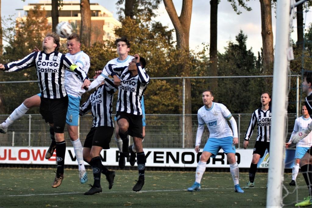 Luuk Goedbloed (koppend) en Mike de Graaf (aanvoerder) hielpen Forum Sport wel aan goals maar hier niet (foto: AW).  © Het Krantje