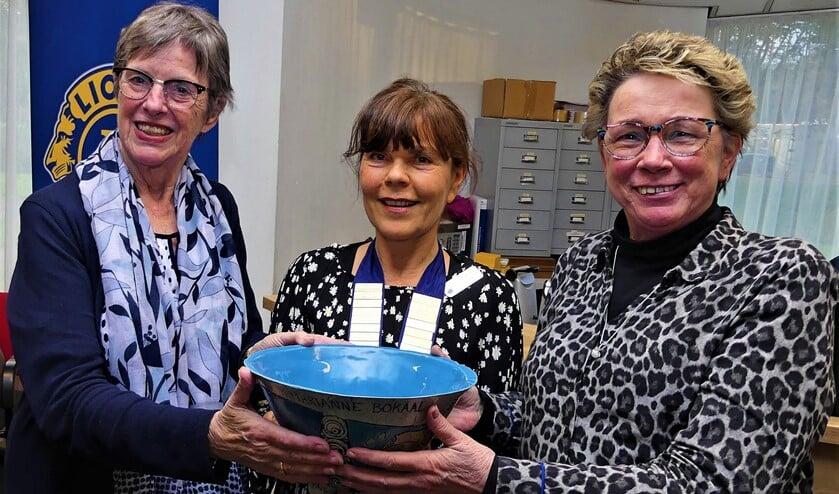Gertrude Borsboom overhandigt winnaars Thea van den Berg en José Cost de Prinses Marianne Bokaal (foto: Marianne Knijnenburg).