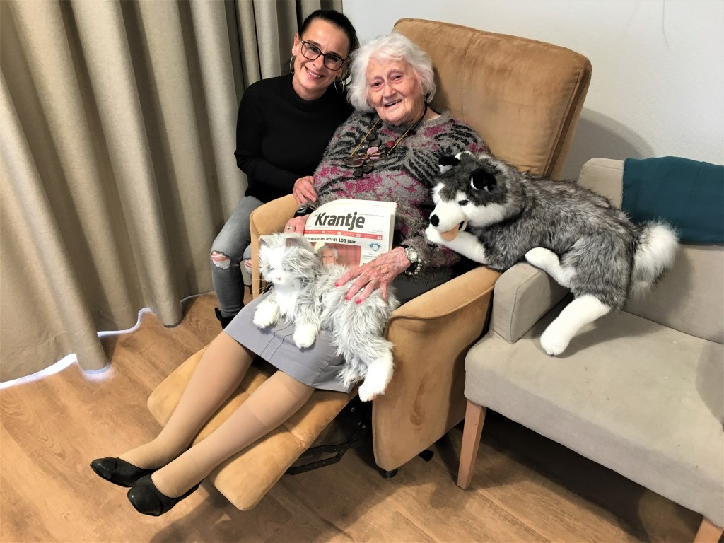 En de 106-jarige met haar hulp Annie die zij beschouwt als familie (foto: DJ).  © Het Krantje