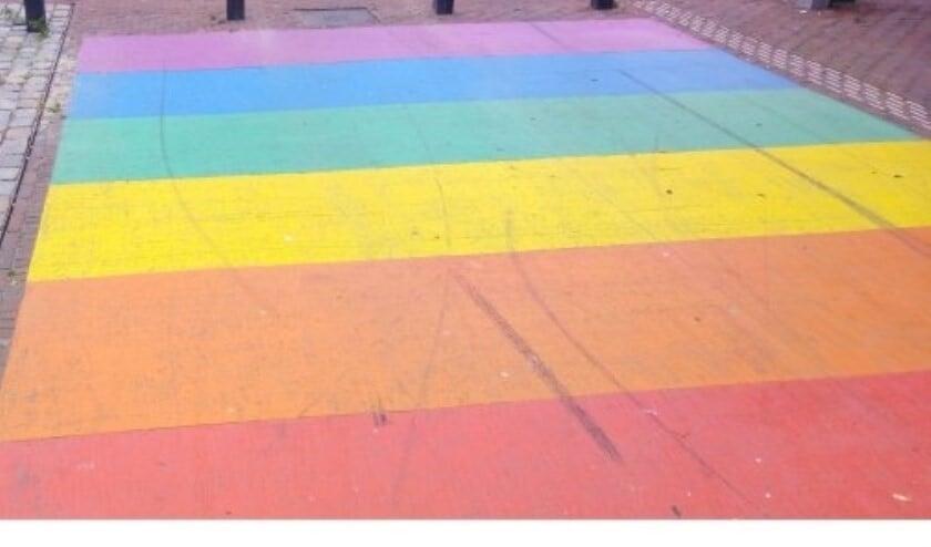 Het middenstuk van het bestaande zebrapad in de Rijnlandstraat wordt voorzien van de regenboog kleuren.