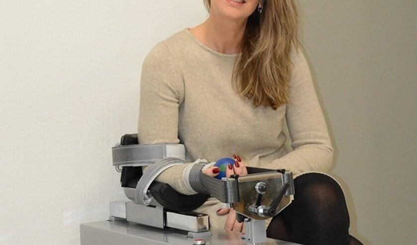 Ingeborg Beuzel bij het Phystrac-apparaat, waarmee al ruim zes jaar uitstekende resultaten worden geboekt (foto: pr).