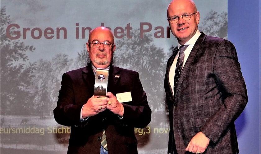 Burgemeester Tigelaar bedankte Kees Verbeek voor zijn jarenlange inzet met een kunstwerk dat de drie stadskernen symboliseert (foto: Ot Douwes).
