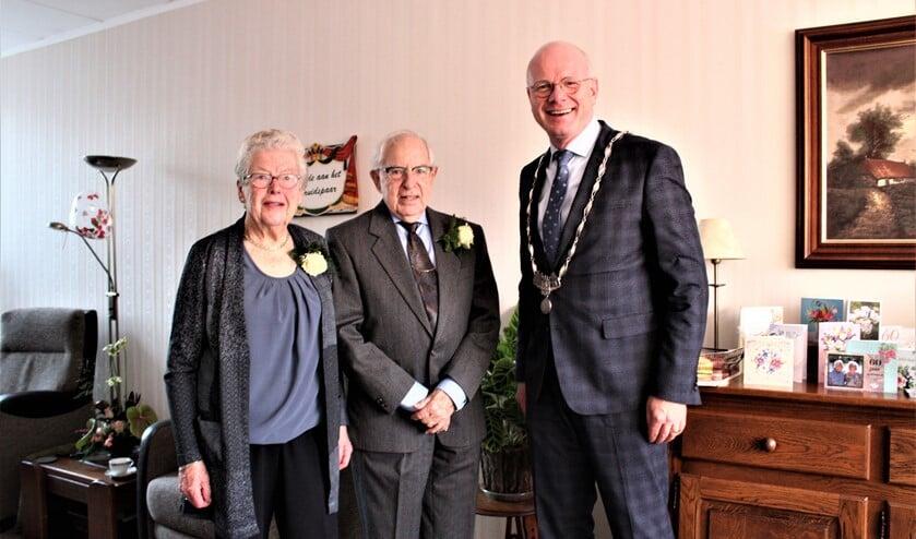 Het diamanten echtpaar Van Riet - Opdam met burgemeester Klaas Tigelaar (foto: Jos Mooren).