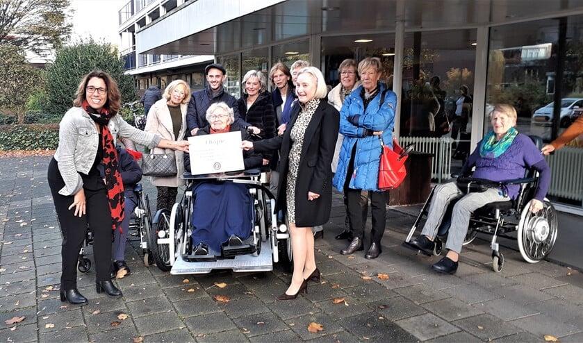 Een delegatie van Inner Wheel Voorburg overhandigde de cheque voor de aanschaf van een rolstoelfiets (foto: pr).