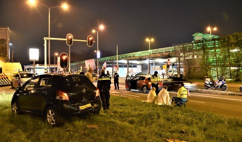 Een auto werd in de achterkant geramd en schoot de middenberm op (foto: Sebastiaan Barel).