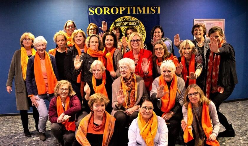 De Soroptimisten in het oranje in het kader van de actie om aandacht te vragen voor geweld tegen vrouwen en meisjes (foto: pr).