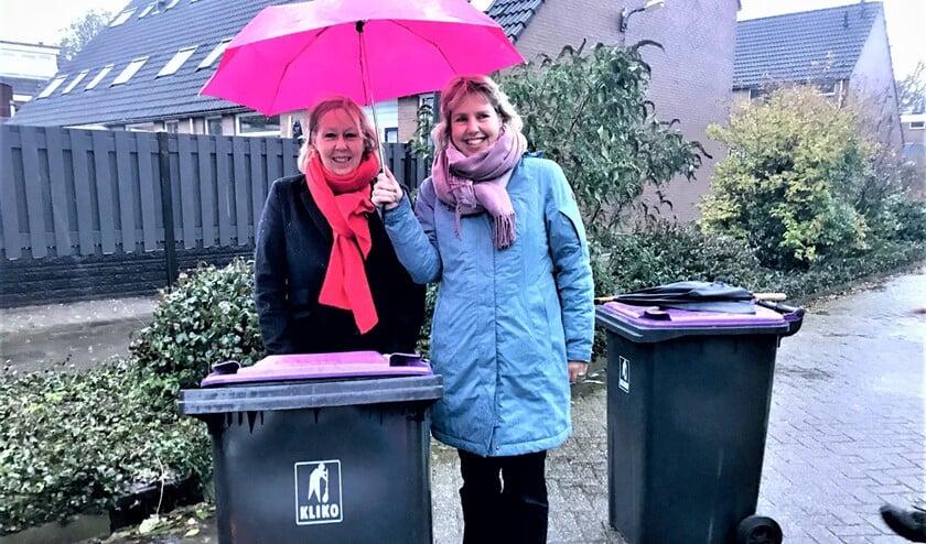 Wethouder Astrid van Eekelen bij het uitreiken van de laatste minicontainers in Stompwijk (foto: gemeente LDVB).