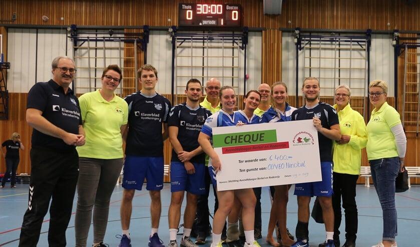 De organisatie van de Avond4daagse Berkel biedt Oliveo Handbal een cheque voor de geboden hulp. (foto Mieke van Veen)