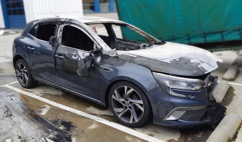 De uitgebrande Renault Megane (foto: politie).