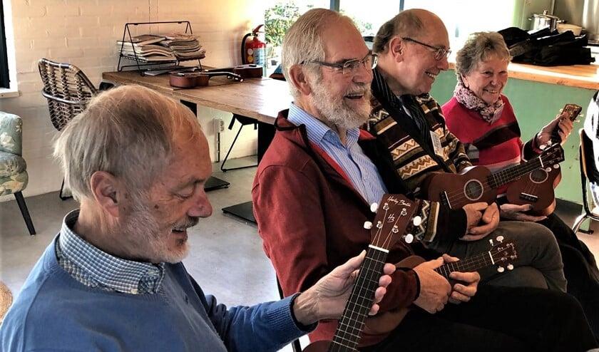 Elke senior kreeg een ukelele in de hand en leerde eerst het kleine instrument goed vast te houden (foto: pr).