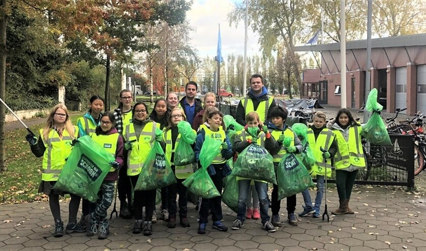 Afgelopen zaterdag stroopten de Waterscouts van scouting Hubertus-Brandaan de mouwen op voor een zwerfvuilactie in de buurt (foto: pr).