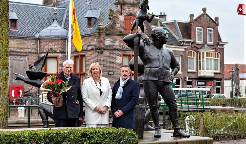 Wethouder Van Eekelen, Igo van Bohemen (l.) en Cees Siermann (Ver. Erfgoed Leidschendam) bij de Damwachters (foto: Hilbert Krane).
