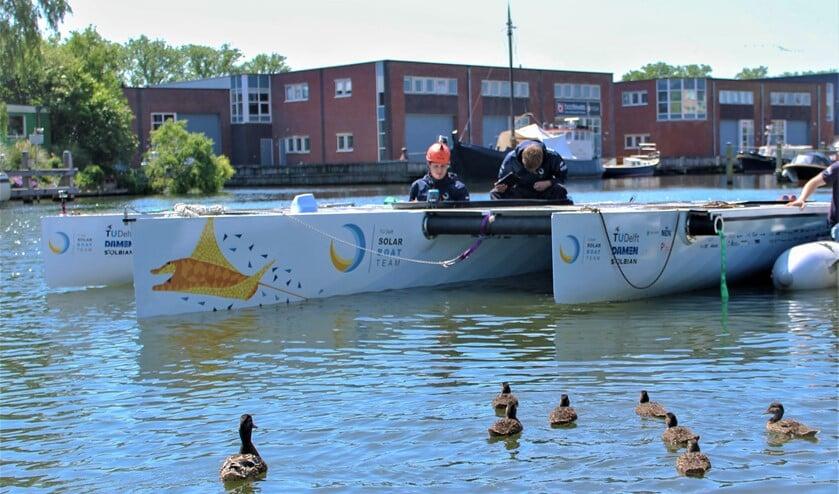 De studenten 'knutselen' aan hun solarboot (foto: pr).
