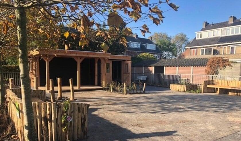 De tuin is voorzien van een ruime schuur met groen dak, natuurlijke spelelementen voor kinderen, schaduwdoeken en veel groen (foto: pr).