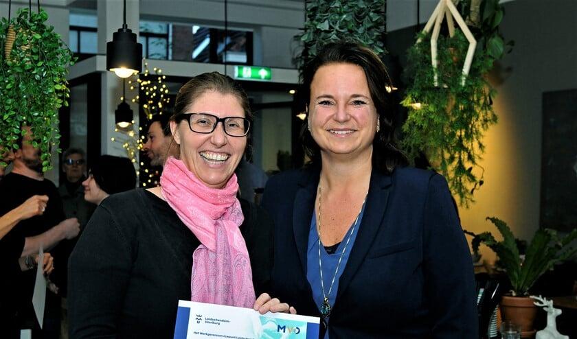 Wethouder Nadine Stemerdink reikt certificaat uit (foto: Anton v.d. Riet).