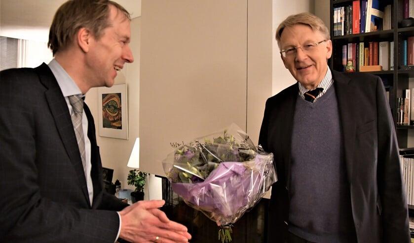 Wethouder Rouwendal bedankt oud-wethouder Beimers voor zijn inzet bij het Van Ravesteyn Fonds (foto: pr).