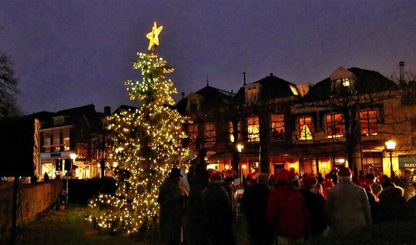 De kerstboom uit Hranice met ontstoken verlichting bij de Oude Kerk aan de Herenstraat in Voorburg (foto: Ot Douwes).