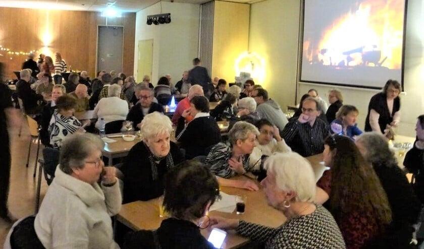 Het gezellige vrijwilligersfeest voor vrijwilligers in De Groene Loper (foto: Ap de Heus).