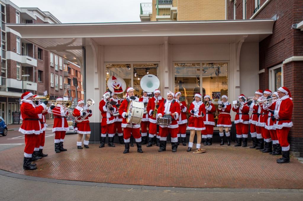 Het kerstmannenorkest dat in Leidschendam Centrum de boel op stelten zette (foto: Sebastiaan Barel).  © Het Krantje