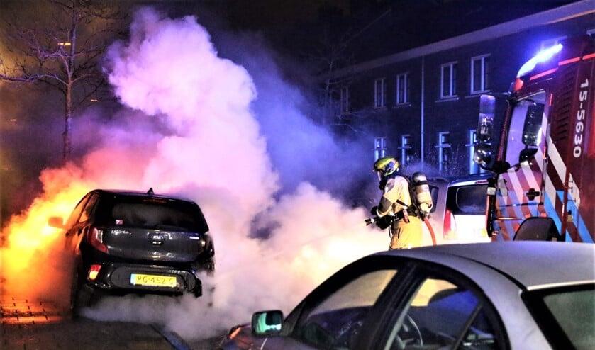 De brandweer heeft de auto direct geblust. Het voertuig moet echter als verloren worden beschouwd (foto: Jordy de Groot/District8).