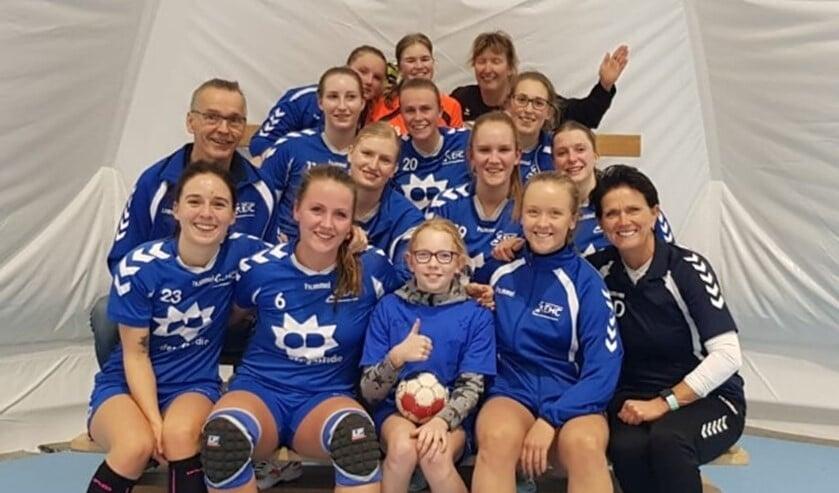 Dames 1 van EHC met Kanjer van de week Winni (foto( pr EHC).