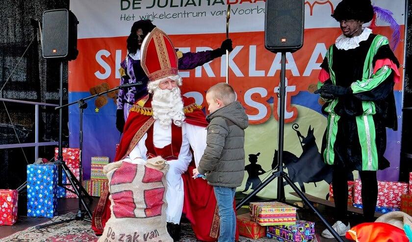 Sinterklaas ontvangt kinderen en geeft cadeautjes weg in winkelcentrum De Julianabaan (foto: Ot Douwes).