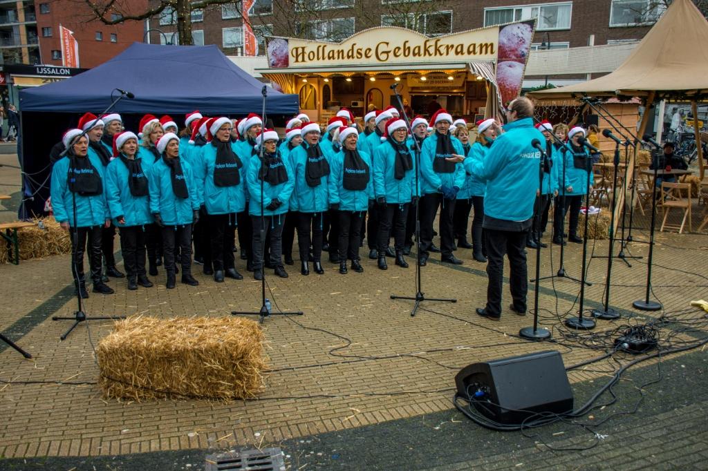 Pop(kerst)koor Rebound treedt op in winkelcentrum De Julianabaan (foto: Sebastiaan Barel).  © Het Krantje