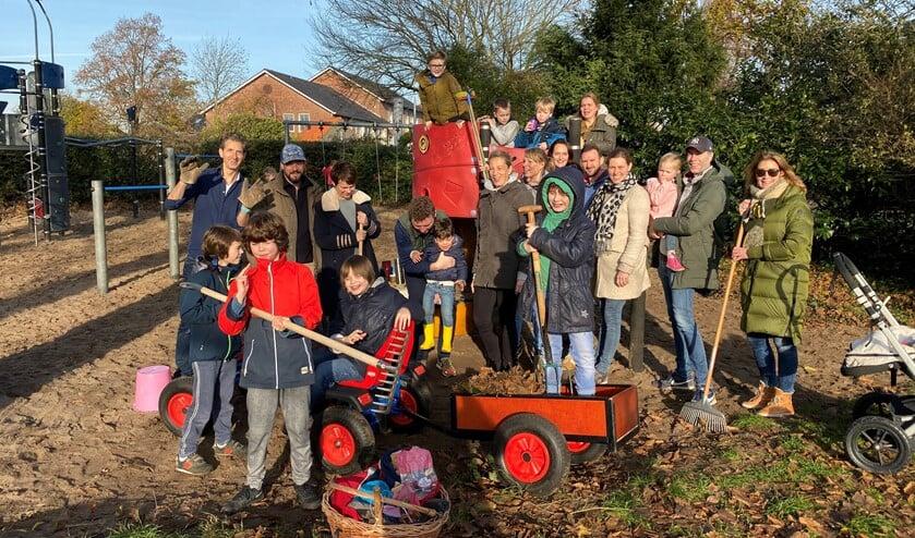 Tot slot werd er nog met alle actieve ouders en kinderen die een handje hadden meegeholpen, geposeerd voor een groepsfoto (foto: pr).