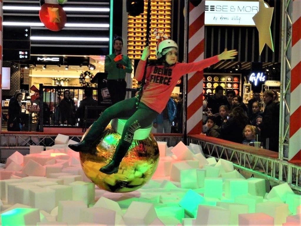 Op de Christmas Wrecking Ball in Leidsenhage (Westfield Mall of the Netherlands) om een prijs te bemachtigen (foto: Ap de Heus).  © Het Krantje
