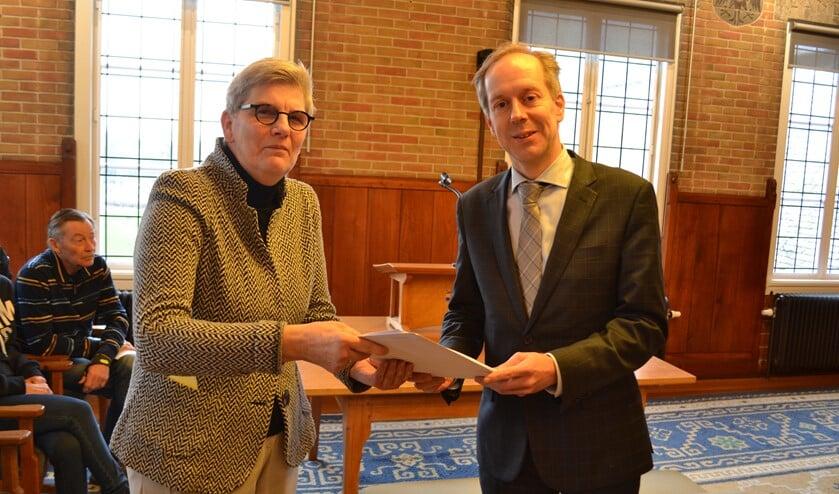 Willy Tiekstra overhandigt de petitie met 500 handtekeningen aan wethouder Rouwendal (Foto: Inge Koot).