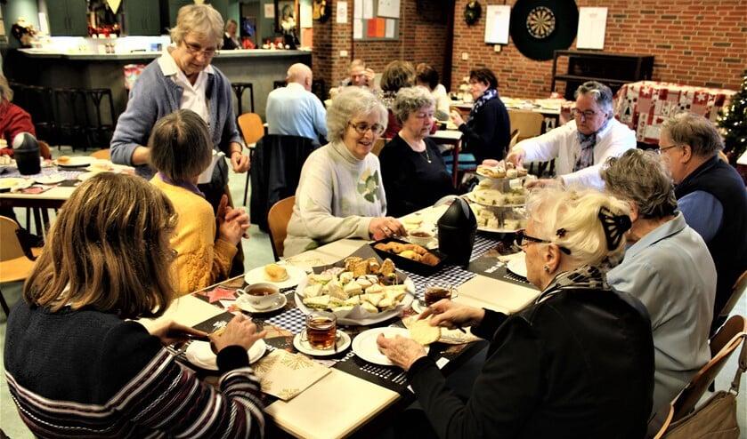 Smikkelen en smullen tijdens de kerstversie van de high tea in Ons Tolhuis bij Wijkvereniging Leidschendam-Zuid (foto: pr).