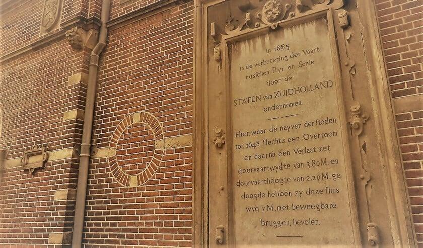De gedenksteen die is geplaatst op het sluiswachterskantoor aan het Sluisplein in Leidschendam.